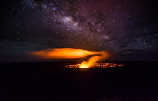 Извержение лавы из кратера