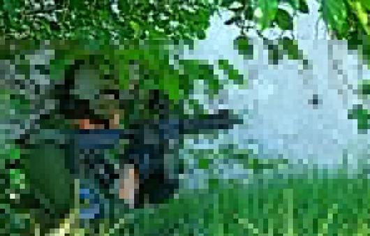 Солдат сидит в кустах