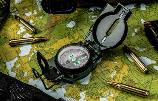 Компас и карта в макросъемке