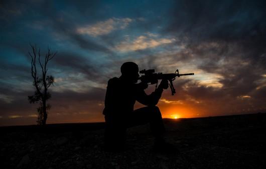 Силуэт солдата на фоне заката
