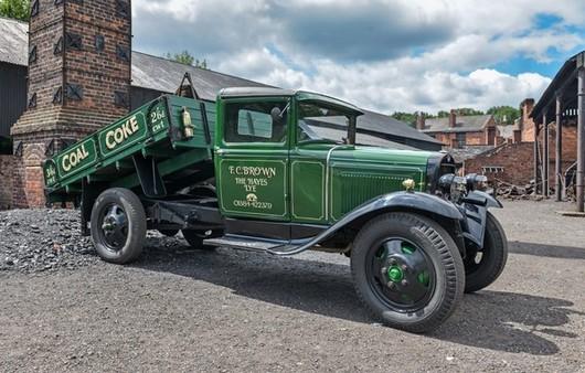 Зеленый ретро-грузовик