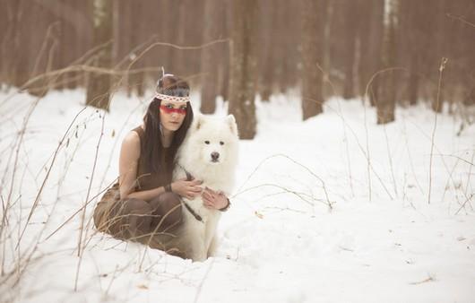 Девушка с собакой в зимнем лесу