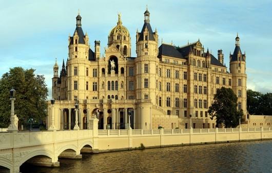 Замок на берегу реки