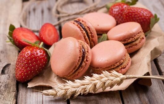 Шоколадные печенья и клубника