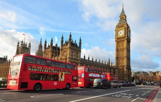 Лондонский красный автобус на фоне Биг Бена