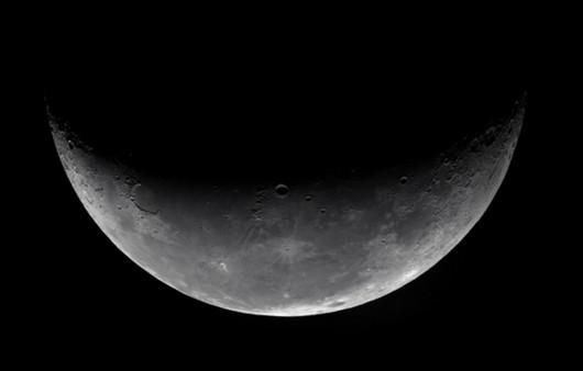Поверхность луны в ч б