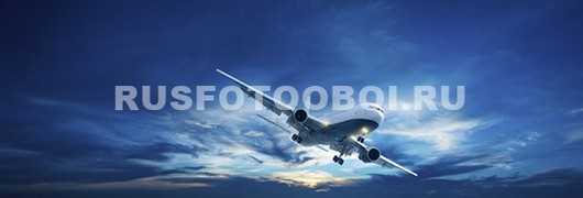 Самолет в голубом небе