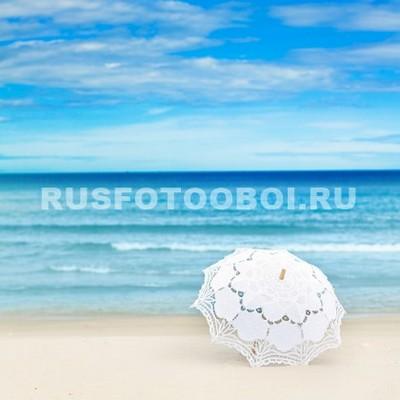 Белый зонтик на пляже