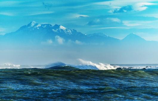 Пейзаж с морем и горным массивом