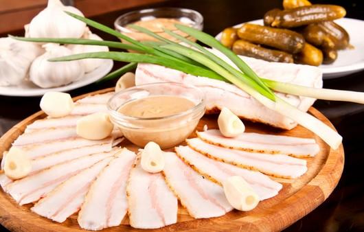Фотообои Мясные продукты с луком и чесноком