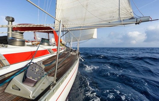 Яхта на море