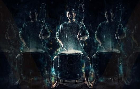 Барабанщик за ударной установкой