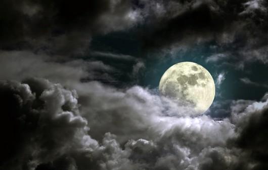 Большая луна в небе