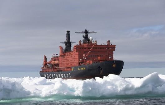 Ледокол в дрейфующих льдинах