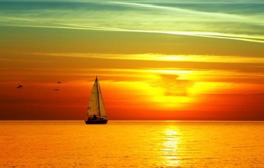 Яхта плывущая  к закату
