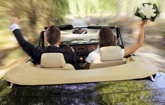 Свадебная пара в машине