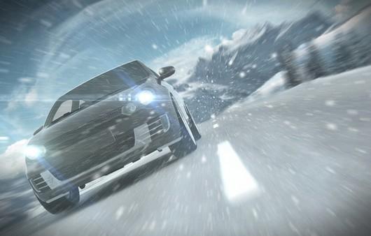Автомобиль разгоняющий снежный вихрь