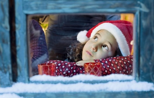 Девочка в шапочке Санта Клауса