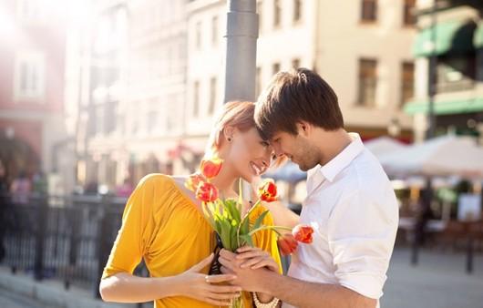 Влюбленная пара с цветами