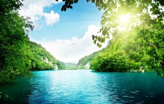 Пейзаж озера в горной местности
