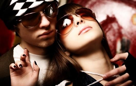 Влюбленная пара в очках