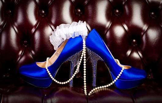 Бусы и синие каблуки