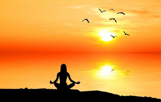 Силуэт медитирующей девушки