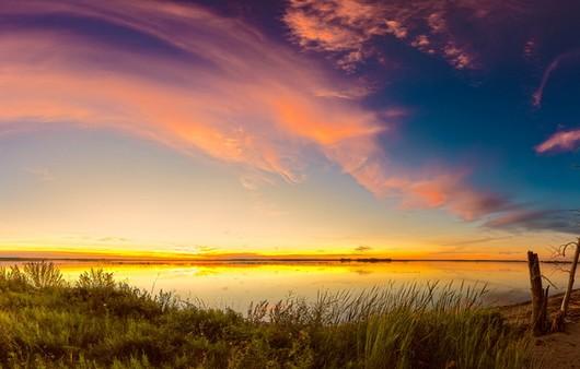 Пейзаж с озером на закате