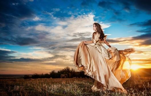 Девушка в платье на фоне заката