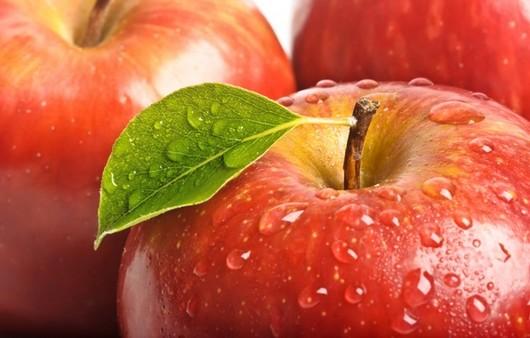 Капельки на яблоке
