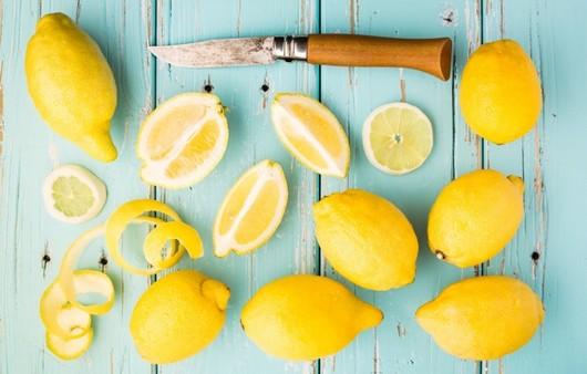 Дольки лимона на голубом фоне