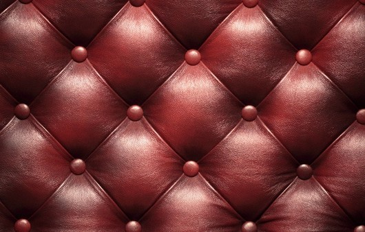 Текстура кожаного бардового дивана