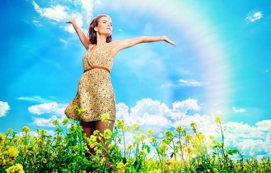 Счастливая девушка в поле