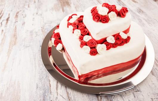 Фотообои Торт украшенный лепестками роз