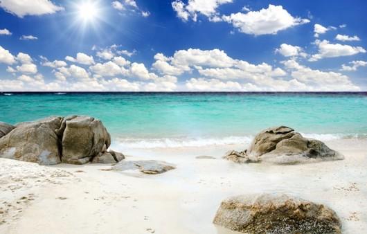 Камни на берегу лазурного берега