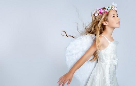 Маленькая девочка с венком
