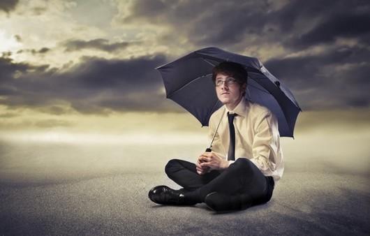 Мужчина с черным зонтом