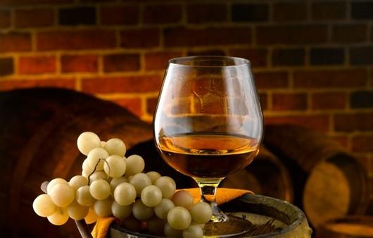 Бокал коньяка и виноград