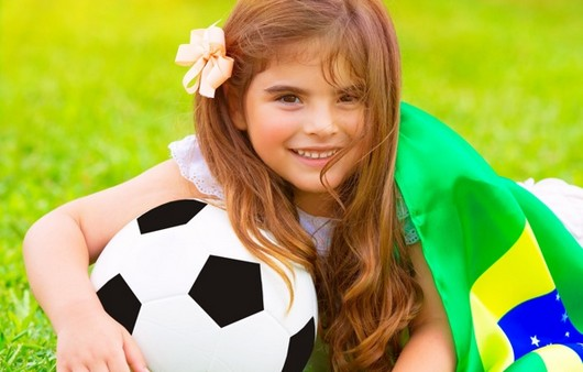 Фотообои Юная фанатка Бразильской сборной
