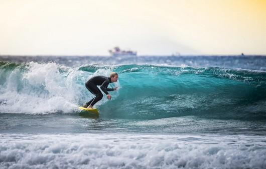 Серфенгист поймавший волну