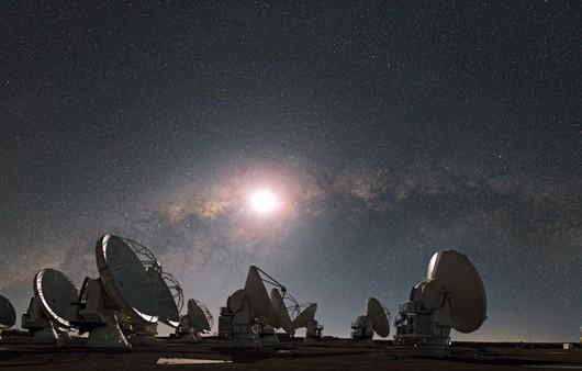 Радиотелескопы на фоне звездного неба
