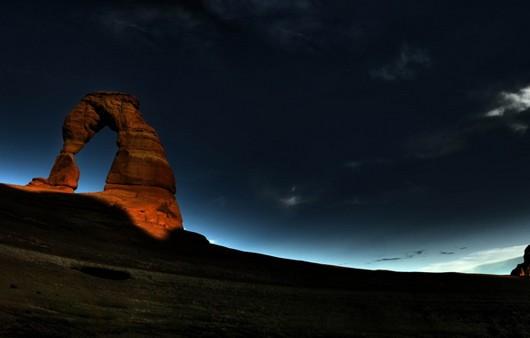 Арка на фоне ночного неба