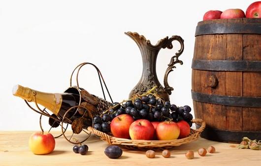 Кувшин и бочонок с фруктами