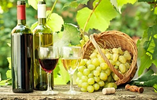 Вино и виноград в корзине