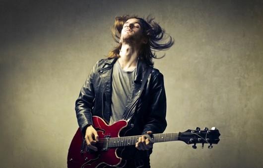 Мужчина с красной гитарой