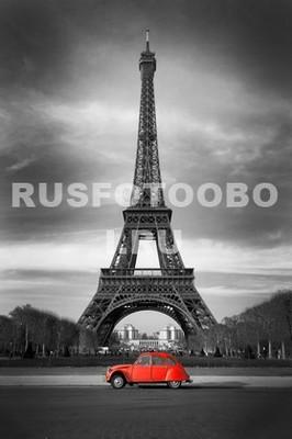 Красная машинка на фоне Эйфелевой башни
