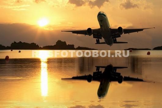 Самолет отражается в воде