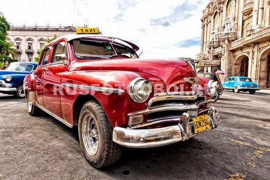 Ретро красный автомобиль