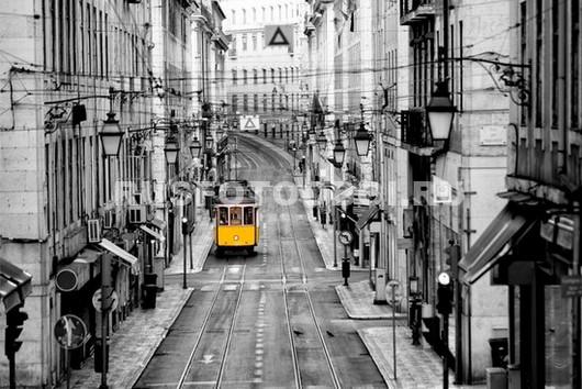 Желтый трамвай в Лиссабоне