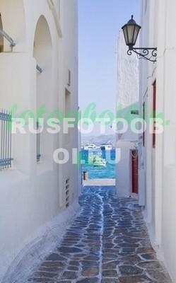 Белая улочка с видом на море